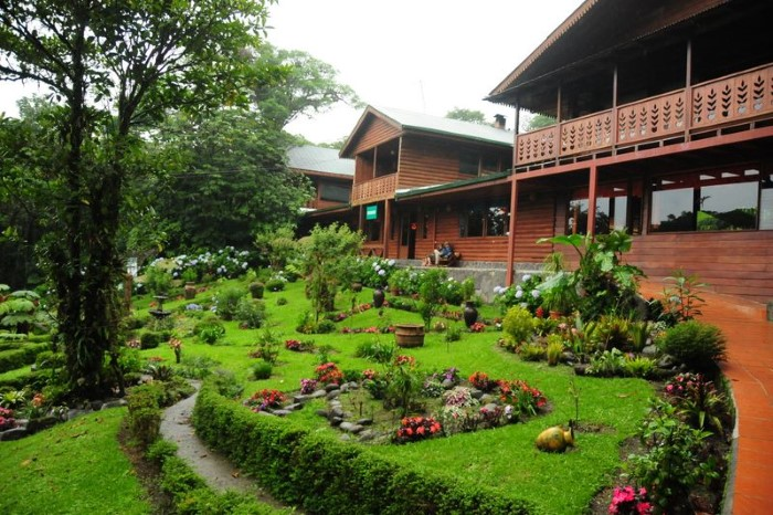Hummingbird-Garden-Monteverde-Costa-Rica-01